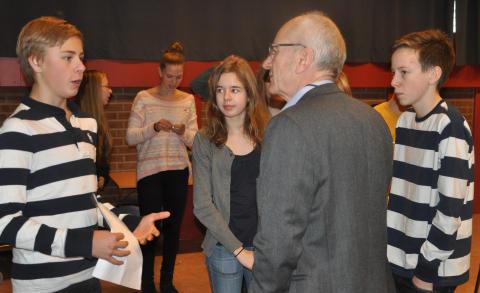 Elever från Viksjöskolan med EU-parlamentarikern Olle Ludvigsson