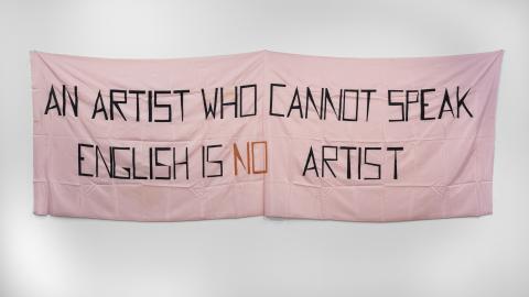 Mladen Stilinovic, En konstnär som inte pratar engelska är ingen konstnär, 1992, akryl på konstgjort silke, 140x430