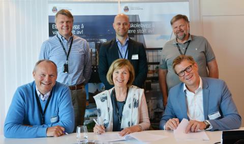 Bak f.v: Per Morten Kals (Undervisningsbygg), Olle Forsberg (NCC) og Einar Holstad (Undervisningsbygg). Foran f.v.: Gunnar Ulvestad (NCC), Rigmor Hansen (administrerende direktør i Undervisningsbygg) og Are Strøm (NCC).