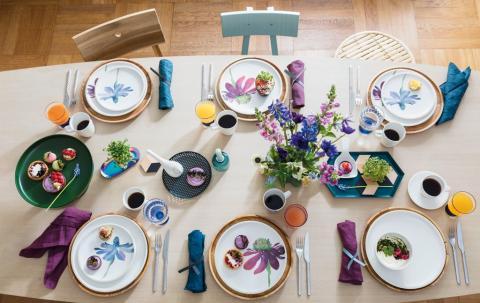 L'alliance d'un style net formel et de la splendeur moderne des fleurs – Artesano Flower Art : un décor floral affirmé pour des pièces de vaisselle exquises