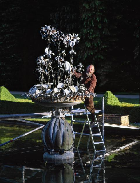 """Barockt III – Rock i barocken. Uppförande av liljefontänen i """"Barocken"""", Norrvikens Trädgårdar 2004."""