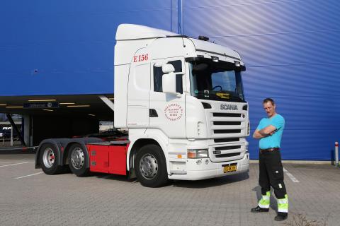 Lille Peder foran sin nye brugte Scania R 480