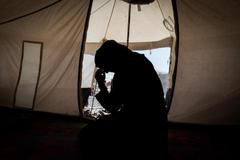 Irak: Kvinnor och barn som anses ha kopplingar till IS nekas vård, blir sexuellt utnyttjade och hålls kvar i läger