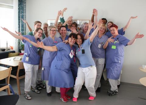 Personal vid Ortopeden, Norrlands universitetssjukhus. Längst fram står Linda Åström (till vänster) och Cecilia Lundberg (till höger)