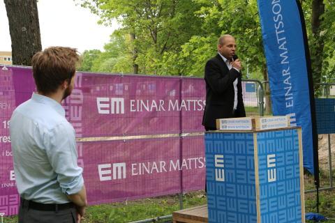 Per Jutner hälsar Mikael T Eriksson (M) och ett 50-tal gäster välkomna till gjutningen