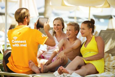 Connect-værterne sørger for, at børnene finder spændende underholdning på deres iPads og får sendt det rigtige feriebillede hjem til vennerne.