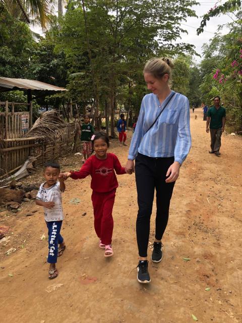 Ann-Marie Christiansen fra Bygma Fonden med børn fra Cambodja