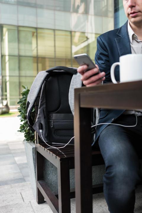 Stöldskyddad ryggäck på café