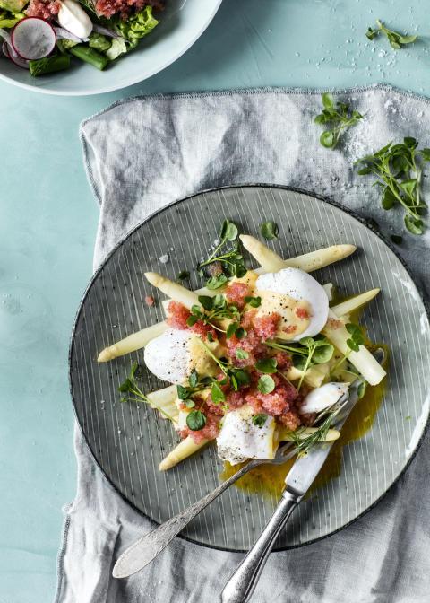 Opskrift: Asparges med hollandaise, pocheret æg og rogn