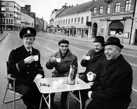 I Lund skedde en omfattande trafikomläggning i mars 1971. De ansvariga träffades på Stora Södergatan över en kopp kaffe. Fr v Henry Elgström, Torsten Davidsson, Tore Nordkvist och Carl Erik Holmberg.