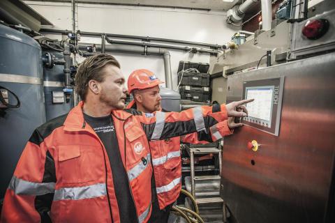 Petri Virtanen och Henrik Karlsson tittar på vattenreningsanläggningen
