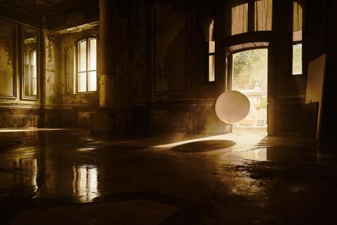 Majestetisk ny Sony BRAVIA™-reklame fyller et forlatt kasino med 4000 glitterfylte ballonger