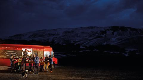 Forskningsteam äter Tex Mex-mat vid Santa Marias foodtruck på Island