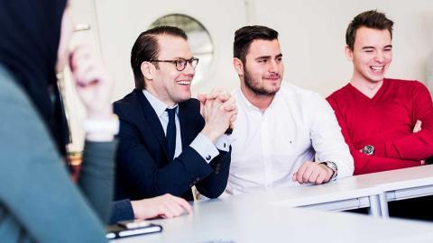 Prins Daniel pratar entreprenörskap med Järfällaelever