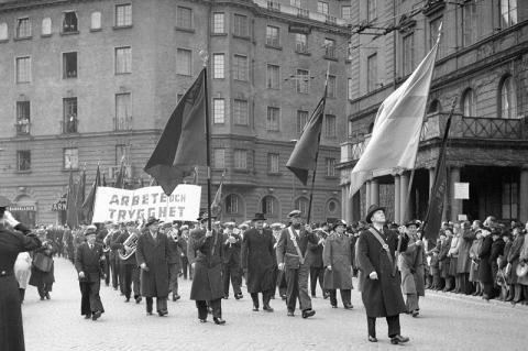 Demonstration första maj 1944. Fotot: J, H (SvD). Stockholms stadsmuseum.