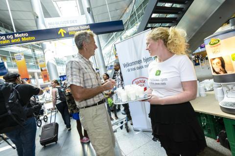 Hjemvendte danskere fik tilbud et glas frisk dansk Lærkevang mælk i lufthavnen i den forgangne weekend