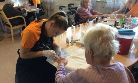 Elever förvandlade äldreboende till skönhetssalong