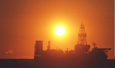 Oljeplattform i solnedgang