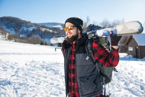 Det är viktigt med solglasögon i skibacken eftersom solstrålarna reflekteras i snön