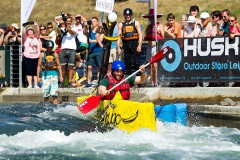 Die Teilnehmer schlagen sich durch das wilde Wasser beim Pappbootrennen im Kanupark Markleeberg