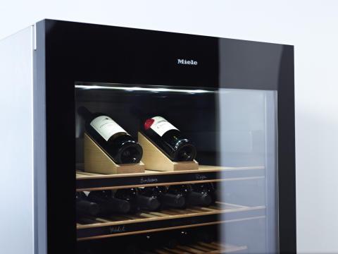Detaljbild flaskpresentatör Selector i de nya vinkylarna från Miele