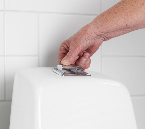 Förhöjd spolknapp på Nautic WC - ergonomisk och godkänd av Reumatikerförbundet