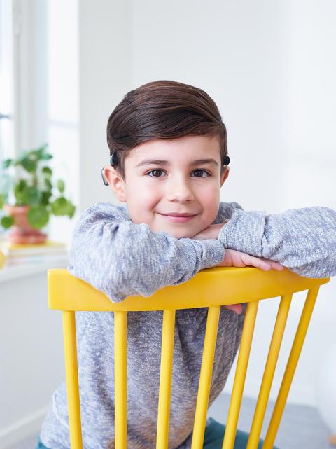 Junge trägt Cochlear Baha SoundArc