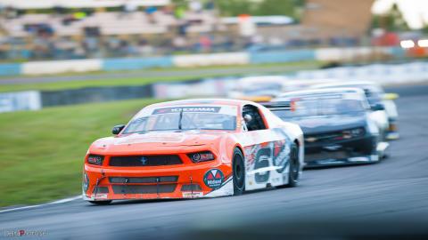 Stort startfält till V8 Thunder Cars-premiär på Mantorp Park