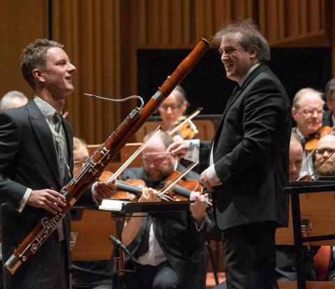 Sebastian Stevensson, fagottist, tidigare student vid Kungl. Musikhögskolan (KMH), vinnare av Solistpriset 2016. Här med dirigenten Jamie Martin. Foto: Arne Hyckenberg.