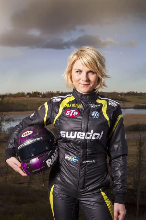 Ramona Karlsson och Micke Kågered lyfter Midman med framtidens bilverkstad på Automässan 2017.