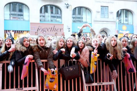 Fans utanför biografen