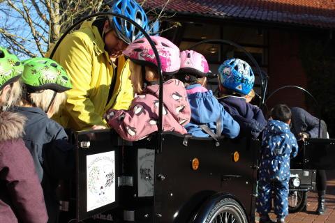 Børn fra område Hestkøb i deres nye el-ladcykler