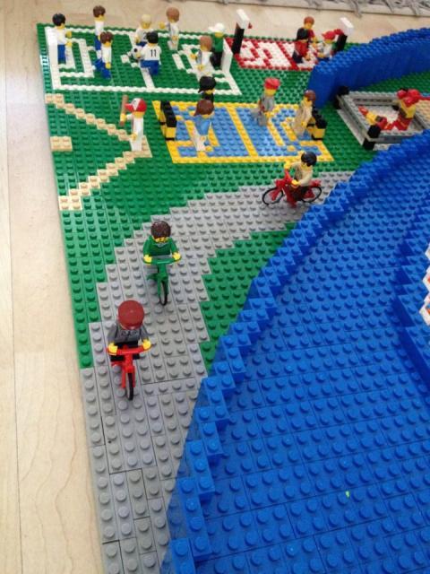 Stefan Holms tolkar ASICS i lego