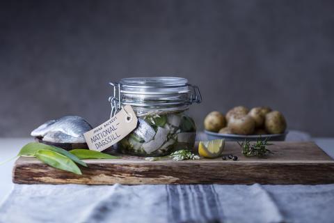 Här är Nationaldagssillen – gjord på svenska smaker och norsk sill av Johan Backeus