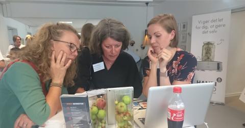 Sarah Munkholm, CEO for MyMedCards viser produktet frem for interesserede deltagere
