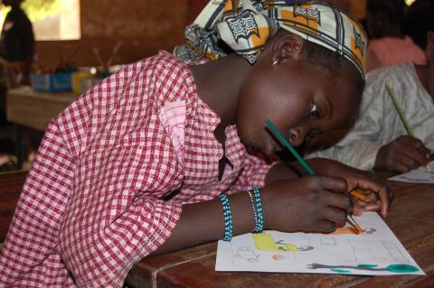 Flicka som tecknar