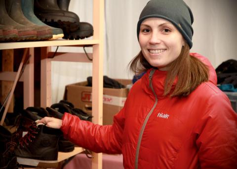 Moxters VD Anna Rahm vid de skänkta vinterkängorna