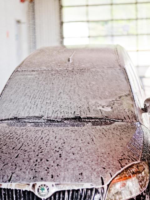 Bilvask 5 - bil med sæbe i vaskehal