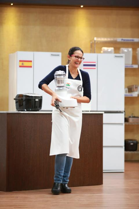 Contestant choosing Panasonic's food processor in episode 6 of Masterchef Asia