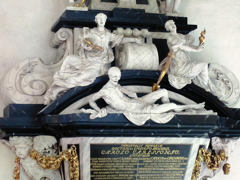 Döden lurar på kistlocket på biskop Carl Carlsson grav från 1708 – ett av sju magnifika barockmonument i domkyrkan. Fotograf: Rikard Larsson.