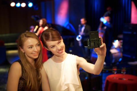 DSC_RX100M3_Lifestyle_wWomen_ExpOct2015_Selfie_2-1200.jpg [1 MB]
