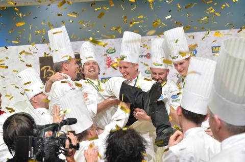 Tommy Myllymäki hyllas efter seger i Bocuse d´Or Europe 2014. Från vänster: Fredrik Eriksson, Tommy Myllymäki, Henrik Norström, Jonas Dahlbom, Albin Edberg.