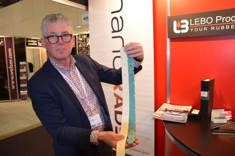 Försäljaren Per Sundqvist visar upp produkten Nanorade på Elmia Subcontractor.