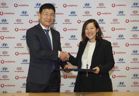 (from left) Ji Yun Kim Vice President of ICT Technical Division at Hyundai Motor Group - Yen Yen Tan President of Vodafone Global Enterprise Asia Pacific