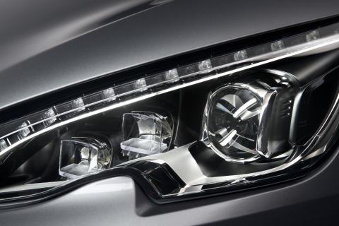 Nya Peugeot 308 med sina nydanande strålkastare