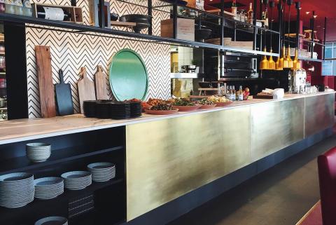 Rött, svart och guld ger en livfull och grafisk profil till restaurangen.