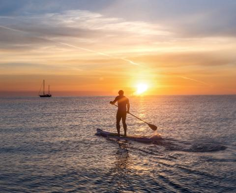 Stand Up Paddling SUP in der Abendsonne