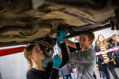 Mange af eleverne havde aldrig prøvet at skifte udstødningsrøret på en bil, men ved fælles hjælp klarede de opgaven.