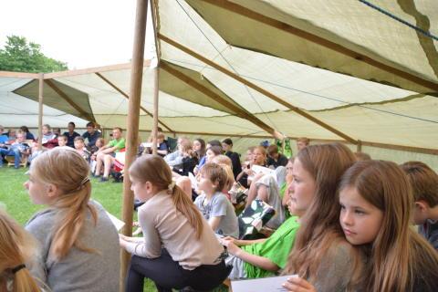 Gratis bibler vakte stor glæde på børnelejre