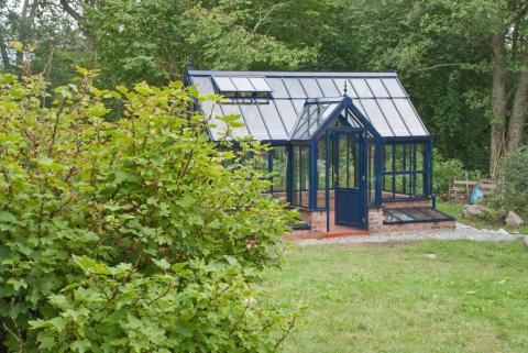 Blått växthus i skärgården
